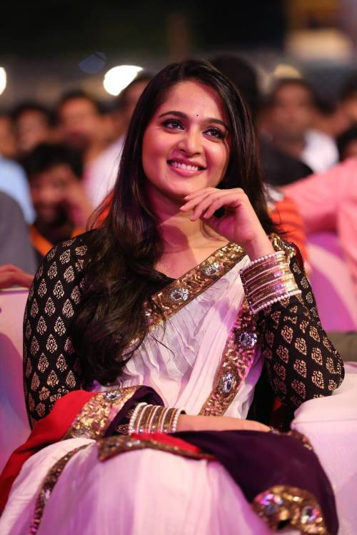 Anushka Shetty Passiing Hot Smile In This Pictures