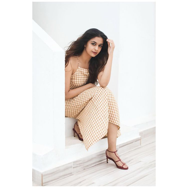 Keerthi Suresh Looks Sexy While Posing for this photo