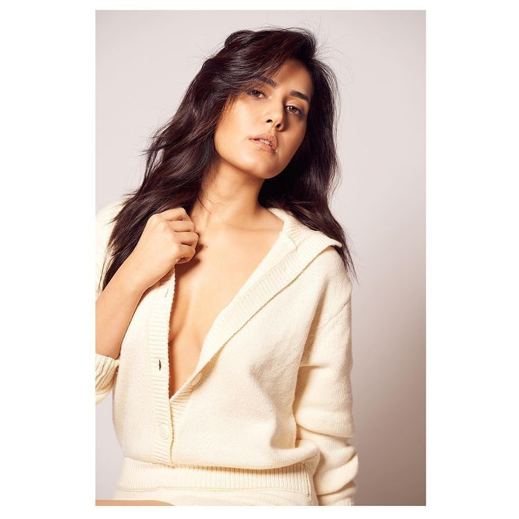 Raashi Khanna Hot Sexy Pictures